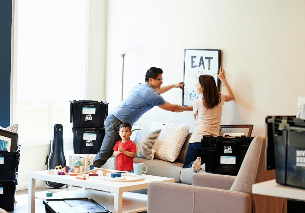Familia joven haciendo mudanza